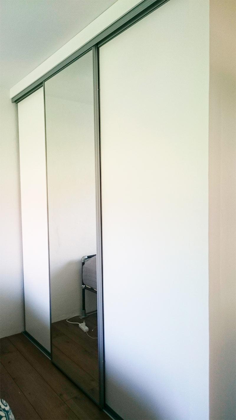 Liukuovikaappi_harmaa_peili